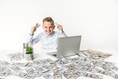 Радостный мальчик выражает ликование пока показывающ наличные деньги стоковая фотография