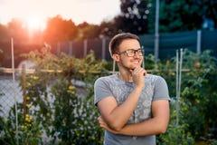 Радостный молодой парень в парке на заходе солнца Стоковые Изображения RF