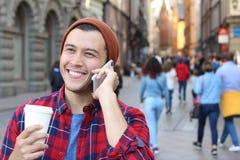 Радостный мужской вызывать телефоном на улице Стоковые Фотографии RF