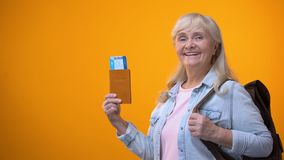 Радостный паспорт и билеты показа женщины пенсионера, подготавливая для путешествия перемещения акции видеоматериалы