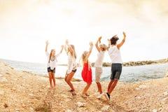 Радостный подросток танцуя и скача на взморье стоковое фото rf