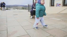 Радостный ребенк танцует и бежит в историческом месте Снятый с stedicam Испания ronda движение медленное видеоматериал