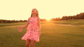 Радостный ребенок играя с шариком outdoors сток-видео