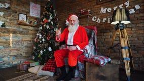 Радостный Санта Клаус захватывает treer рождества стоковое фото rf