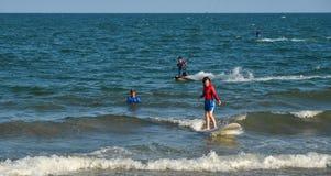 Радостный серфер beginner молодой женщины стоковая фотография rf