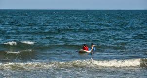 Радостный серфер beginner молодой женщины стоковые изображения rf
