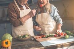 Радостный созрейте жена супруга подавая с овощем стоковые изображения rf