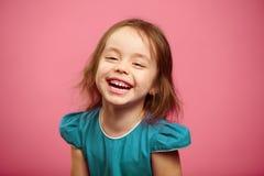 Радостный хохот жизнерадостной девушки ребенка, изолированного портрета Стоковая Фотография