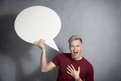 Радостный человек держа пустой пузырь речи. Стоковые Изображения RF