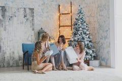 4 радостных милых друз празднуя Новый Год или вечеринку по случаю дня рождения, имеют потеху, спирт питья, танцуя Эмоциональные с Стоковое Изображение RF