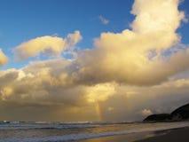 Радуга вечера на пляже Chintsa, одичалом побережье, Южной Африке Стоковые Изображения RF