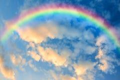 Радуга в небе на заходе солнца стоковая фотография rf
