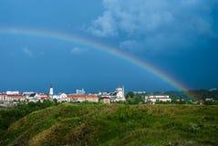 Радуга над городом histori Ненастная погода на улице города Дождь в городе стоковое изображение