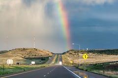 Радуга над дистантным ландшафтом шоссе после шторма лета Стоковое Фото