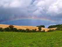 Радуга над ландшафтом стороны страны открытым Стоковые Фото