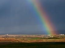 Радуга над полем. Ирландия. стоковые фотографии rf