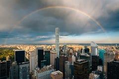 Радуга над центром города Манхэттеном, Нью-Йорком стоковое фото