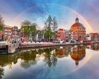 Радуга над церковью Koepelkerk Амстердама, Нидерландами стоковая фотография