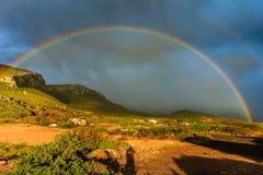 Радуга на темном облачном небе в Греции стоковая фотография rf
