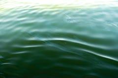 Радуга нефтяного пятна радужная Пятна бензина на поверхности воды Яркая, покрашенная текстура, предпосылка Экологическая проблема стоковое изображение rf