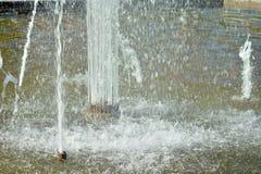 Радуга отразила на фонтане на солнечный день Стоковые Фотографии RF