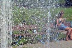 Радуга отразила на фонтане на солнечный день Стоковые Фото