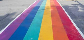 Радуга покрасила crosswalk на месяц гордости на улице церков в Торонто стоковые фото