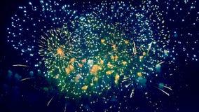 Радужные пирофакелы фейерверков освещают ночное небо видеоматериал