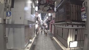 3 раза скорость идя через рынок Nishiki или ichiba Nishiki в Киото в вечере видеоматериал
