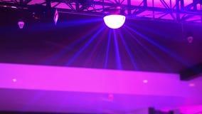 Разбейте, покрашенный свет проблескивая на диско акции видеоматериалы