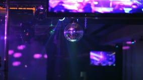 Разбейте, покрашенный свет проблескивая на диско сток-видео