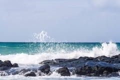 Разбивать волны стоковая фотография rf