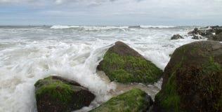 разбивать над волнами утесов Стоковые Фото