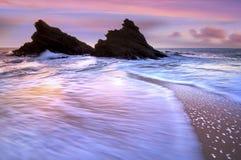 разбивая волна рассвета Стоковые Фото