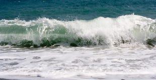 разбивая волна Стоковые Фото