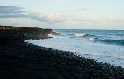 разбивая волны берега Стоковые Изображения