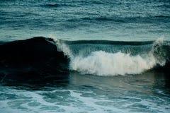 разбивая волны берега Стоковое Изображение RF