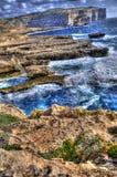 разбивая волны берега gozo стоковые фото
