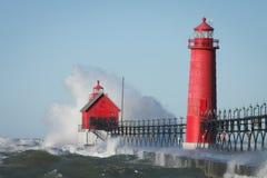 разбивая волны маяка Стоковая Фотография RF