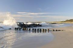 разбивая волны молы стоковая фотография rf
