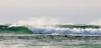разбивая волны Стоковая Фотография