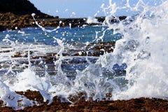 Разбивая волна на утесах Стоковые Изображения RF
