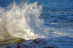 разбивая волна утеса Стоковая Фотография RF