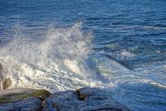 разбивая волна утеса Стоковое Изображение
