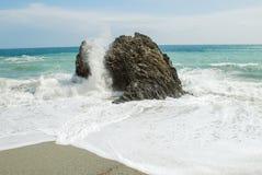 разбивая волна утесов Стоковая Фотография RF