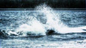 разбивая волна утесов Стоковые Фото