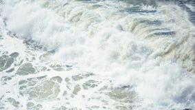 Разбивая волна стоковое фото rf
