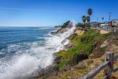 Разбивая волны распыляют берег Capitola, CA стоковая фотография