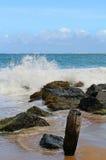разбивая волны Стоковые Фото