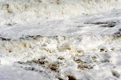 разбивая горизонтальные волны стоковое фото